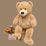 דובי ענק חום עם אגרטל ופרחים