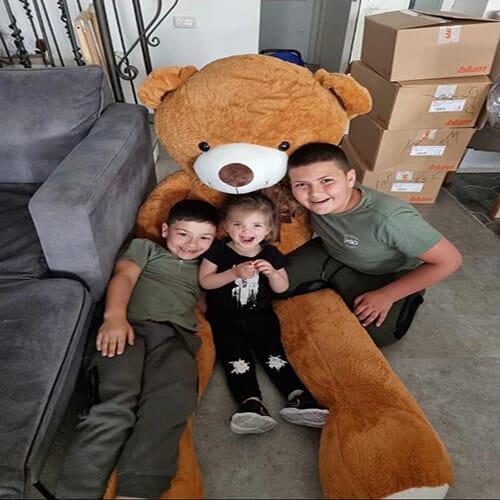 דובי ענק עם צעיף חום
