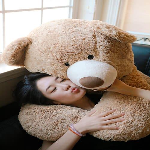 דובי ענק מחבק ילדה