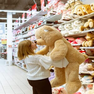 ילדה מחבקת דובי ענק