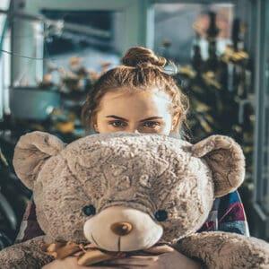 ילדה מחזיקה דובי ענק